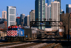 F40's & Position Lights (Jeff Carlson_82) Tags: metra metx emd f40 f40ph 124 chicago cpmorgan commuter suburban scoot skyline downtown train railfan railroad railway