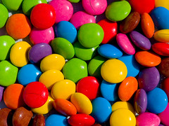 United Colors of Smarties (fiorinolatino) Tags: colors colorful colores smarties colori e1 zuiko cioccolato caramels caramelos caramelle zd bottoni qtp olympuse1