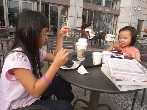 katharine娃娃 拍攝的 2享用蛋糕的孩子。