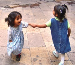Lupita y Laura (arantxamex) Tags: girls mxico kids children morelia play joy michoacn littlepeople juego alegra 100vistas mes012006 arantxamex