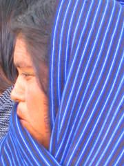 Mujer en rebozo (arantxamex) Tags: woman azul mxico sanantonio mexico mujer forsakenpeople michoacn indigenous indgena losreyes tarasca etnia rebozo tarasco prhepecha