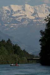 Blüemlisalp ( Berg - Mountain ) mit Schlauchboot Sevylor Supercaravelle XR86GTX ( Super - Caravelle - Gummiboot )  untewegs auf der Aare ( Fluss - River ) zwischen T.hun S.chwäbis und der E.isenbahnbrücke bei U.ttigen im Kanton Bern in der Schweiz (chrchr_75) Tags: chriguhurnibluemailch christoph hurni schweiz suisse switzerland svizzera suissa swiss chrchr chrchr75 chrigu chriguhurni schlauchboot gummiboot albumaare aare fluss river aar arole gummiboote schlauchboote boot jolle dinghy boat jolla canot ディンギー sloep bote albumschlauchbootegummibooteunterwegsinderschweiz albumblüemlisalp blüemlisalp blüemlisalpberg alpen alps berg mountain kantonbern berner oberland albumregionthunhochformat hochformat regionthun böötle thunhochformat albumveröffentlichtefotos albumzweifüreinsthunundoberland2016 taggs susisa kanton bern