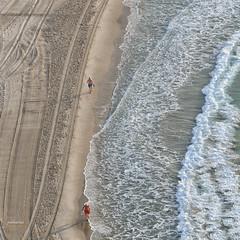 (040/17) Destinos opuestos (Pablo Arias) Tags: pabloarias photoshop nxd españa personas playa olas mar agua mediterráneo arena poniente benidorm aliicante comunidadvalenciana