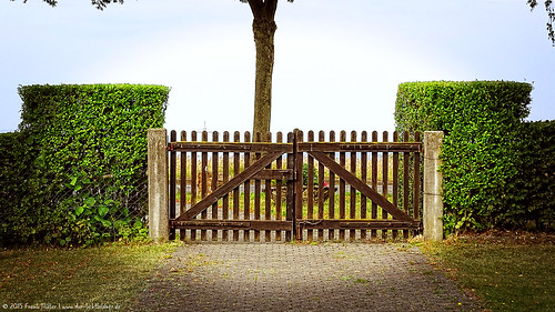 Gate at the village cemetery in Becheln/Tor am Dorffriedhof in Becheln