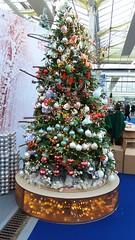 Sapin décoratif, c'est déjà Noël ! (Mucha Watson) Tags: sapin noël décoration boules guirlande rouge blanc peluche