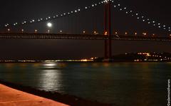 Luzes (rico Demosthenes) Tags: portugal rio gua nikon europa lisboa ponte lua luzes luar belm margem riotejo velhocontinente d3100 nanaturezainnature ponte23deabril