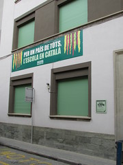 Para caer de espaldas (Eduardo González Palomar) Tags: barcelona colegio lengua escuela cataluña patria osona pancarta fanatismo carme manlleu vedruna adoctrinamiento partidismo