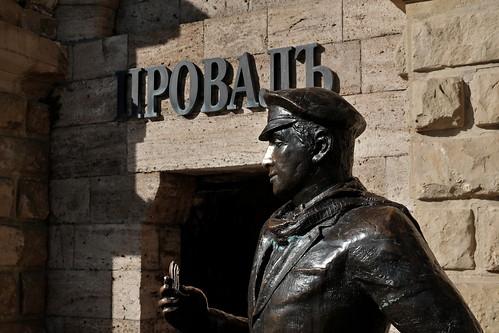 Памятник Остапу Бендеру у озера Провал. Пятигорск