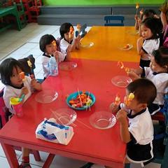 kegiatan-tengah-semester-1-menusuk-buah-sesuai-dengan-pola-warnanya (4)