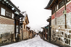 snow over bukchon (Aaron_Choi) Tags: architecturaldetails architecture asia asian bukchon city destination downhill footpath hallway hanok hilly historic historical homes house icon iconic korea korean landmark path pathway road scene scenery seoul snow snowcovered snowstorm snowing street tourism town traditional travel urban view village winter
