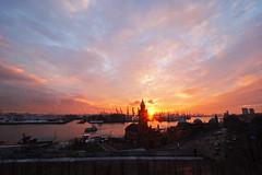 Sonnenuntergang im Hafen (Lilongwe2007) Tags: hamburg deutschland landungsbrücken sonnenuntergang elbe wasser hafen pegelturm schiffe wolken illumination