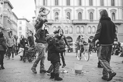 Firenze (Bettinetta) Tags: firenze bolle bolledisapone piazza giochi bimbi streetphotography street bw blackandwhite giochiincittà biancoenero