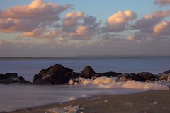 Pierre qui ne roule pas amasse mousse (rocailles) Tags: foam beach plage paysage sunset sea écume mer