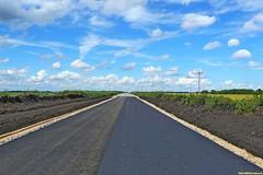 Однако, грунтовая дорога быстро сменятся новым асфальтом. Его свежий  запах смешивается с запахом окрестных лугой и полей.