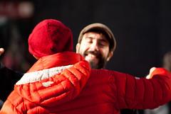 Abrazo 1/2 (Hansis y Greta) Tags: abrazo hug people gente felicidad happyness happy feliz robado spain españa europa europe granvia navidad christmas