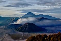 Humeante (Jhaví) Tags: monte montaña arena sand humo smoke humeante volcán volcano parque nacional bromo tengger semeru batok kursi watangan widoaren asia gunung java indonesia fumarola paisaje landscape sunrise amanecer