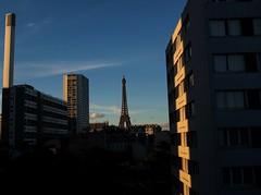 Fin de journée vue de ma fenêtre... (MrNanta) Tags: sunset paris france architecture outside photo tour lumière eiffel instant paysage immeubles x100s