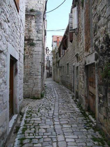 Trogir, kövek között