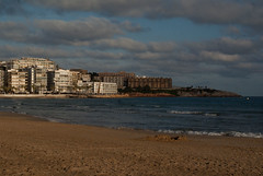 Plage Cambrils, Espagne (stephaniedarriet) Tags: calme sable ciel nuage eau immeuble architecture