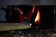 När Tomtens julbestyr är över, kan han sätta sig till ro och värma sig vid brasan i sitt lilla bo. (m.rsjoberg) Tags: brasa eld fire tiledstove kakelugn 24mm canon70d 2017 theme tema fs170115 fotosöndag fotosondag tomte