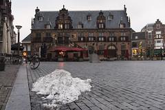 Nijmegen, sneeuwberg op de Grote Markt (Jan Sluijter) Tags: nijmegen gelderland nederland holland visitholland city cityscape boterwaag sneeuw dewaagh grotemarkt