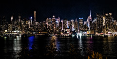 Manhattan by night (Lucille-bs) Tags: amérique etatsunis usa etatdenewyork newyork manhattan panoramique pano nuit bynight building architecture eau fleuve hudson lumière reflet skyline couleur