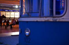 Wagen 102 und die Wanderbücherei: Mit diesem Geschenk zum 26-jährigen Zusammenschluss zwischen FMTM und GTG überraschte der Vorstand am Freitagabend seine Vereinsmitglieder (Frederik Buchleitner) Tags: museum munich münchen tram mg 102 24 streetcar p1 präsentation bücherei ramersdorf mvg trambahn pwagen fmtm wanderbücherei strasenbahn mvgmuseum wb13 gelenkwagen wb16 freundedesmünchnertrambahnmuseums mgelenkwagen mgwagen p1wagen