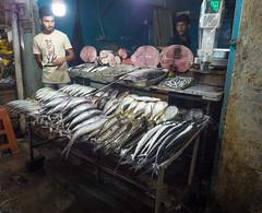_B085510 Fish monger.jpg (JorunT) Tags: nuwaraeliya november marked gatefoto srilanka 2016 fisk rundreise bybilder