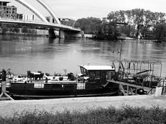En péniche à Lyon (vavie2012) Tags: péniche rhône confluence pont france immobile vie logement barge casaflotante live vivir ródano puente francia inmóvil vida agua eau vivienda rhone confluencia bridge quiet life housing