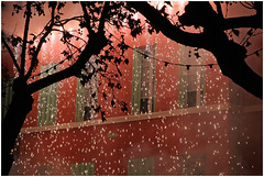 Pluie de feu -  Rain of Fire (diaph76) Tags: extérieur france arbres trees fenêtres windows lumière light var provence mur wall maison house décorations fêtes holidays manifestations illuminations