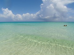 VARADERO, CUBA. (NIKONIANO) Tags: varadero cuba sea mar oceano caribe azul elmar lamar nubes aguas cristalinas envaradero