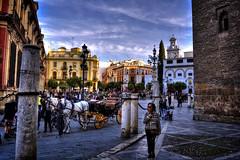 Plaza Virgen de los Reyes - Sevilla (mgarciac1965) Tags: calle plaza gente ciudad sevilla seville andalucía andalucia andalusia spain españa turismo carruaje caballo historia nubes farola nikond5200