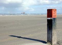 ameland.beach.pole (Caroline) Tags: ameland 2002