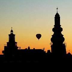 Sunset silhouette (Lil [Kristen Elsby]) Tags: light sunset sky rooftop church silhouette architecture square cityscape view sweden stockholm dusk balloon getty hotairballoon slussen topv11111 topf200 ballooning gettyimages nightfall katarinahissen gettyimagesonflickr