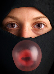 Bubblegum (-Antoine-) Tags: portrait woman studio fun eyes topf50 topv333 veiled veil femme yeux bubble bubblegum niqab voile topi gomme balloune hidjab rouleau musulman gommeballoune tchador voile voil voilee antoinerouleau antoinerouleau