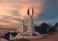 Casapueblo at sunset (Calovi) Tags: white art blanco beach southamerica public branco museum architecture uruguay galerie punta artmuseum weiss uy puntadeleste americadosul casapueblo puntaballena publik americadelsur carlospaezvilaro sdamerica puntabellena museuatelier publikoeffnen