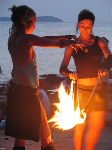Chicas jugando con fuego por FittingRoom.