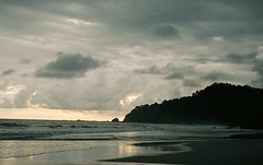 Honduras (Délirante bestiole [la poésie des goupils]) Tags: sunset sea beach spectacular coast seaside pacific coucher honduras