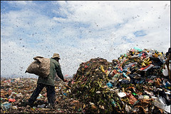 work - the garbage dump in Phnom Penh, Cambodia (Maciej Dakowicz) Tags: poverty people work garbage cambodia dump social problem environment phnompenh waste smc issues landfill stung stungmeanchey meanchey