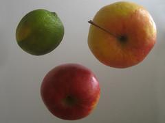 2 Äpfel mit Zitrone