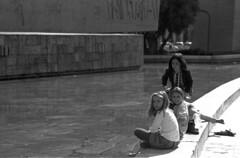 2014-23-30 Madrid_F  ONLY PERSONAL COMMENTS. NO LOGOS. THANK YO FOR YOUR UNDERSTANDING.© RESPECT the copyright. (YoLeenders) Tags: madridespaña plazadecolón playingkids niñosjugando monochrome analogblackandwhite ilforddelta100asa developerhc110131b nikoncoolscan5000ed leicam6ttl085 rangefinder elmaritm12890mm atmosphere fotografiacallejera streetphotography jardinesdeldescubrimiento urbanitas