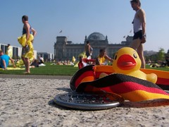 The Duck did the Berlin Marathon (Photocapy) Tags: berlin berlijn germany deutschland reichtstag medal rubber duck duckie marathon