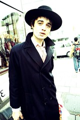 Pete Doherty (Kris Krug) Tags: street uk portrait england musician london hat xpro rockstar cigarette smoke fav20 smoking crossprocessing pete rocknroll fav30 petedoherty uk05 staticportrait fav10 peted swango swango2