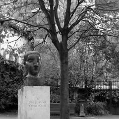 Monument  Guillaume Apollinaire (Clio20) Tags: blackandwhite bw paris statue square noiretblanc nb picasso saintgermain saintgermaindesprs carr buste pablopicasso quartierlatin apollinaire eglisesaintgermaindesprs squarelaurentprache sgpsquarelaurentprache guillaumeapollinaire doramaar