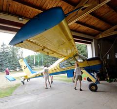 2798 Vereinsmitglieder vom Flugsport-Club Kyritz schieben das Schleppflugzeug PZL-104 Wilga zur Halle. (stadt + land) Tags: flughafen luftaufnahme luftbilder schieben segelflugzeug wilga segelflug verkehrslandeplatz kyritz flugsport pzl104 schleppflugzeug flugzeughalle vereinsmitglieder heinrichsfelde flugsportclubkyritz