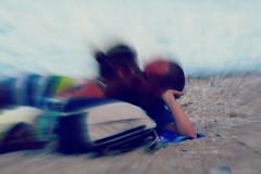 Tranquille, pénard... (Loran de Cevinne) Tags: pentax personnage people personnages amoureux lovers love kiss beach couple mer méditerranée