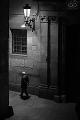 Carrer del Bisbe (Barri Gòtic Barcelona) (georgecat_1714) Tags: catalunya canon barcelona 5dmkiii 70200 barrigòtic barriogotico nit noche nocturnes