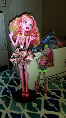 Marisol judging Gooliope (Itsy-Batsy Ghoul Factory) Tags: doll huge comparison marisol coxi monsterhigh jellington gooliopejellington marisolcoxi gooliope