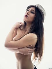 Alaitz (Pablo Cañas) Tags: alaitz conde belleza pelo sombrero hat morena woman piel skin fondoblanco