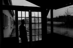 La vie qui veille dans les lieux vides (Marty Gazio) Tags: abandon vendée noiretblanc nb urbain urbex exploration silouettes ombres homme vitre vide lieu